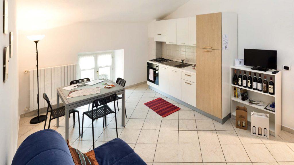 Casa Vacanze Fusina (Dogliani) - Bilocale Borgo: soggiorno con angolo cottura